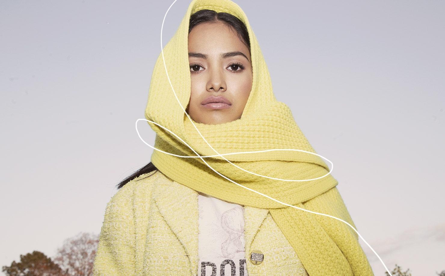 Mujer con bufanda color amarillo en paisaje natural