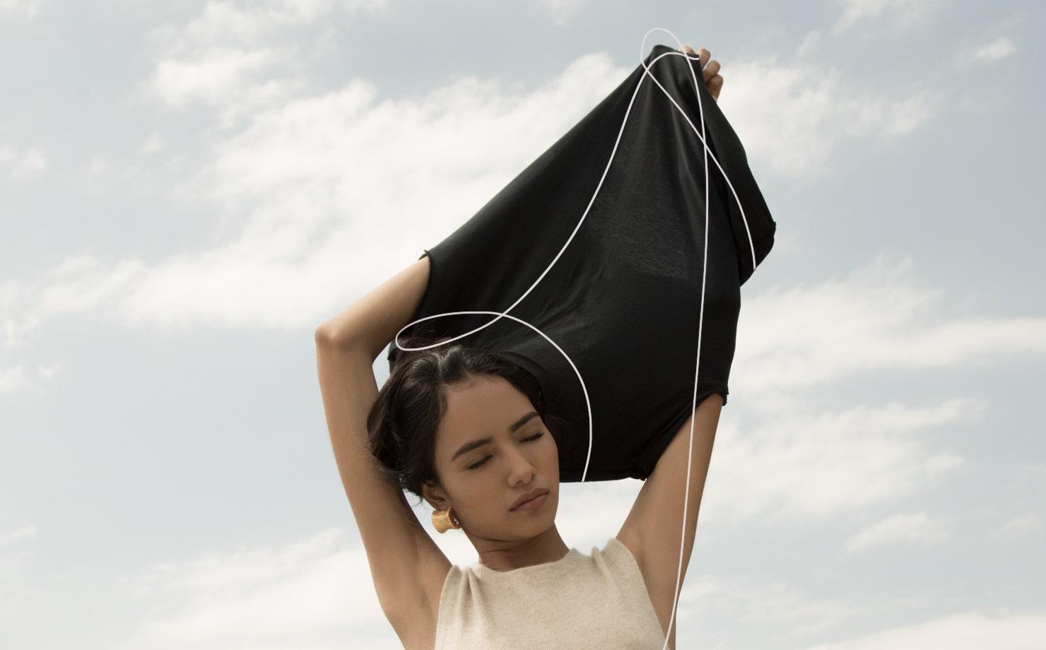 Mujer con blusa negra en paisaje natural